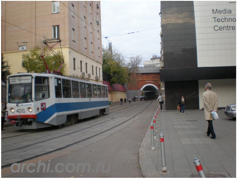 Вход в арку и поворот направо - территория Центра Искусств